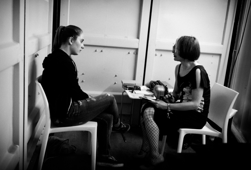 Stellmach consults a participant, Berlin Festival, photo by Michael Lelliott