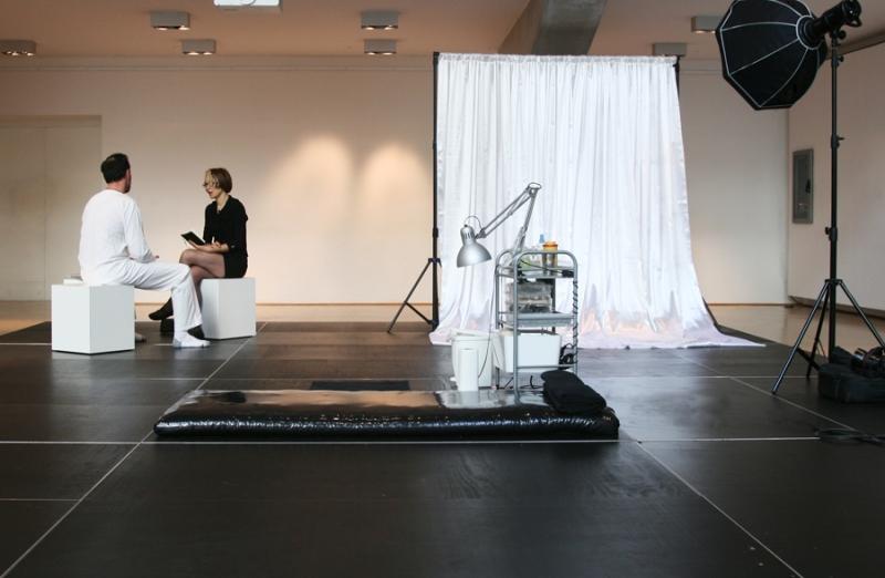 Stellmach performing The Letting Go: Finding 'the word', Museum für Kunst & Gewerbe Hamburg, 2015 © Studio Stellmach